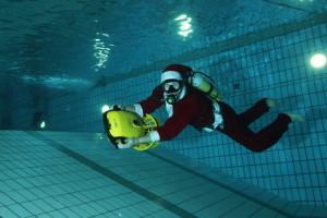 Audun Hammersborg Hansen dykker med Rudolf-scooteren
